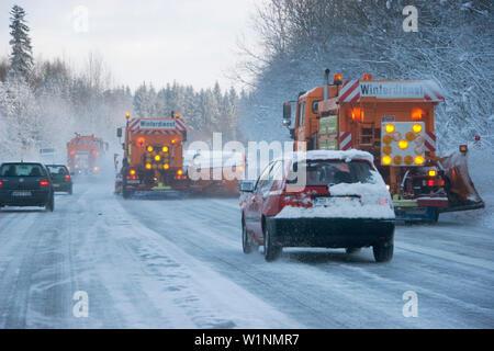 Schneepflüge auf der Autobahn, Verkehr im Winter, Bayern, Deutschland - Stockfoto