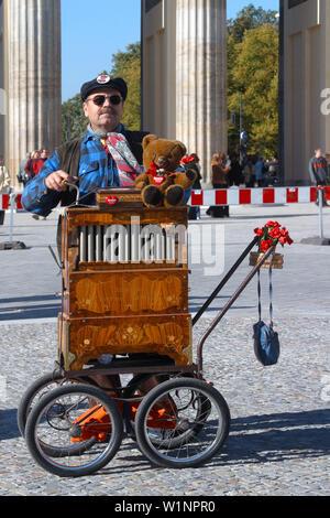 Berlin, Brandenburger Tor, Mann mit Drehorgel und Berliner Bär - Stockfoto