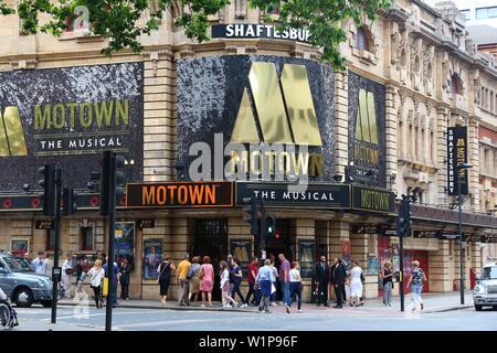 LONDON, Großbritannien - 9. JULI 2016: Menschen gehen von Shaftesbury Theatre im West End, London, UK. West End Theater verkauft 14,4 Millionen Tickets in 2013. - Stockfoto