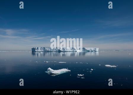 Eine große tabular Iceberg schwimmt in einer nahezu Windstill, ruhige See, in der Nähe der Paulet Island, Antarktische Halbinsel, Antarktis - Stockfoto