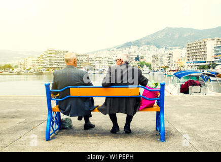 Zwei ältere Männer auf einer Bank sitzen und den Meerblick - Stockfoto