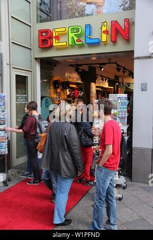 BERLIN, DEUTSCHLAND - 27. AUGUST 2014: Leute Shop am berühmten Kurfürstendamm (Ku'Damm) Allee in Berlin. Berlin ist die größte Stadt Deutschlands mit Bevölkerung o - Stockfoto