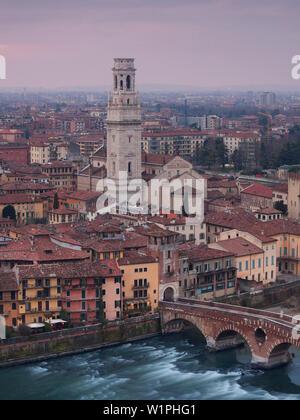 Blick von Castel San Pietro über die Altstadt von Verona mit dem Turm der Kathedrale Santa Maria Matricolare und Ponte Pietra Brücke über die Etsch, - Stockfoto