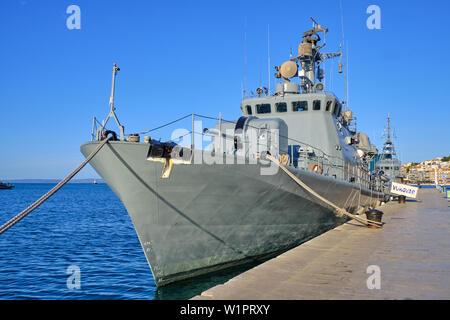Split, Kroatien - 27. April 2019. Kroatische militärische Ausstellung. Schiff der Marine im Hafen Vukovar verankert - Stockfoto