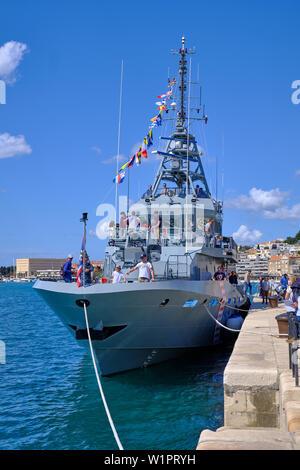 Split, Kroatien - 27. April 2019. Kroatische militärische Ausstellung. Zivile besuchen die Marine Patrol Boot Omis im Hafen verankert - Stockfoto