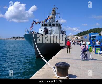 Split, Kroatien - 27. April 2019. Kroatische militärische Ausstellung. Touristische posiert vor dem Schiff der Marine im Hafen Vukovar verankert - Stockfoto