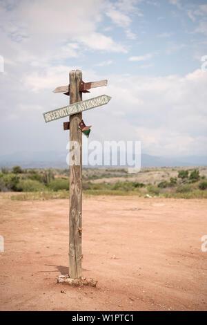 Wegweiser zur Sternwarte, surreale Landschaft bei Tatacoa Wüste (Desierto de la Tatacoa), Gemeinde Villavieja in der Nähe Neiva, Departmento Huila, Kolumbien, - Stockfoto