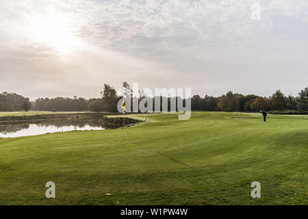 Golf Spieler auf der Fahrrinne auf einem Golfplatz in der Nähe von Hamburg, Norddeutschland, Deutschland - Stockfoto