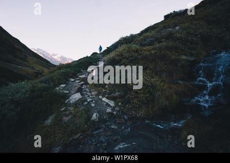 Auf lange Distanz Wanderweg mit Gebirgsbach im Vordergrund, E5, Alpenüberquerung, 6. Stufe, Vent, Niederjochbach, Similaun Hütte Wanderer, Schnals - Stockfoto
