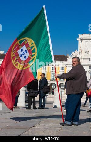 Patriotische fetter Mann mit portugiesischen Flagge, Cais das Colunas, Praça do Comércio, Lissabon, Portugal - Stockfoto