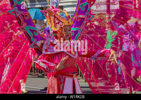 Ein Karneval Teilnehmer in Asien Afrika Festival 2019 - Stockfoto