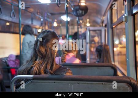 Leute sitzen auf einem komfortablen Bus in selektiven Fokus und verschwommenen Hintergrund. Ist das wichtigste Mass Transit Passagiere im Bus. Menschen in alten staatlichen bu - Stockfoto