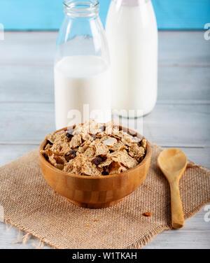 Hafer Getreide und Reis Flocken mit Milch - Stockfoto