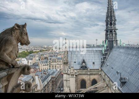 Paris (Frankreich): die Kathedrale Notre-Dame. Dach des Langhauses und der nördlichen Querschiff. In der Mitte der Turm. Auf der linken Seite, eine Chimäre - Stockfoto