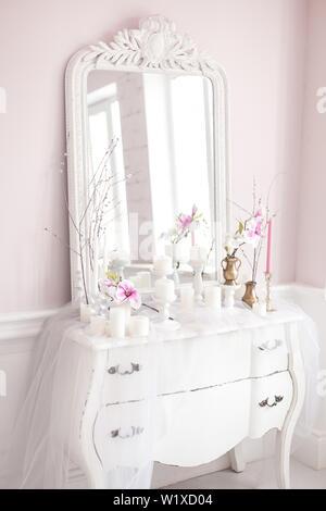 Royal Schlafzimmer. Platz für Make-up-Girls. Elegante weiße Schminktisch mit Spiegel im Licht klassischen und luxuriösen Interieur. - Stockfoto