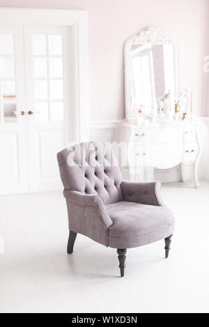 Grau vintage Stuhl in das luxuriöse Interieur der Wohnzimmer. Soft Focus. - Stockfoto