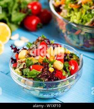 Frische gemischte Gemüse Salat in eine Schüssel geben.