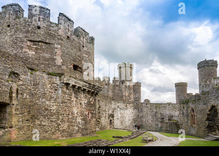 Die Ruinen des 13. Jahrhunderts Vorburg in Conwy Castle sind heute ein Weltkulturerbe und beliebte Touristenattraktion, Conwy Wales, Großbritannien - Stockfoto