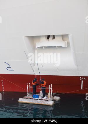 Männer Malerei Anker der Kreuzfahrtschiff P und O Aurora - Stockfoto