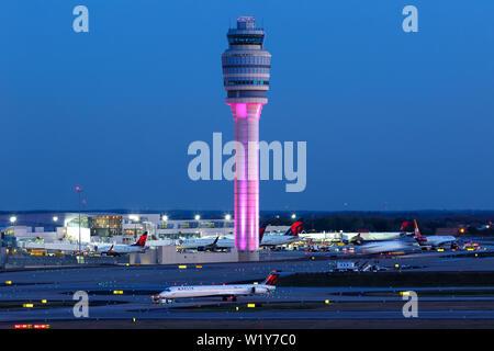 Atlanta, Georgia - April 2, 2019: Tower am Flughafen Atlanta (ATL) in den Vereinigten Staaten. - Stockfoto