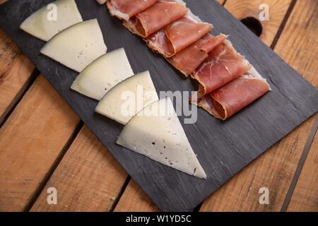 Serrano Schinken und Käse aus Spanien - Stockfoto