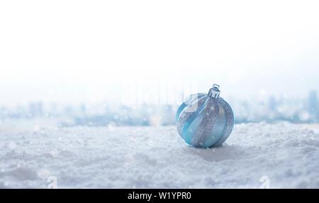 Christmas Festival Konzepte Ideen mit Ornament, christmas Ball auf Schnee. Kopieren Sie Platz - Stockfoto