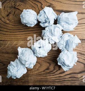 Papier symbolisieren unterschiedliche Lösungen bilden einen Pfeil zerknittert - Stockfoto