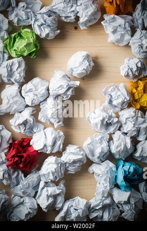 Papier als Symbol für verschiedene Lösungen mit eine grosse Frage zerknittert-mark - Stockfoto