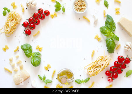 Essen Hintergrund mit traditionellen Zutaten für mediterrane Küche mit weißem Hintergrund. Ansicht von oben mit der Kopie. Italienisches Essen.