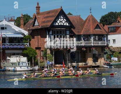 Mannschaften auf dem Weg zum Start an der Henley Royal Regatta, Henley-on-Thames, England, Großbritannien - Stockfoto