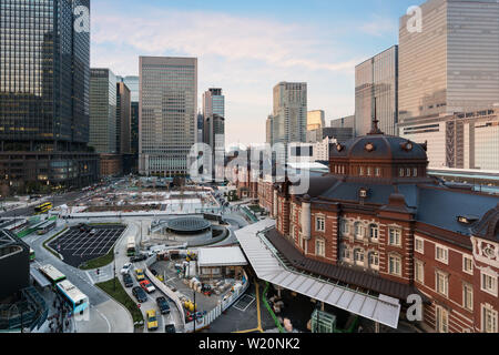 Japan Stadtbild in der Abenddämmerung. Tokio auf der Marunouchi Businessviertels und Tokio Bahnhof Hochhaus am Abend mal in Japan. - Stockfoto