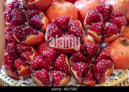 Reifer Granatapfel Obst auf Bambus Korb mit leuchtend roten köstlich. - Stockfoto