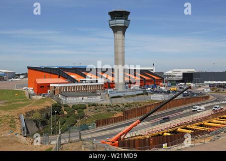 London Luton Airport, zentralen Bereich mit Easyjet Head Office, tower Baugrube für den neuen DART-Bahn Link - fällig in 2021 zu öffnen. - Stockfoto