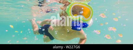 Unterwasser natur Studie, junge Schnorcheln im klaren, blauen Meer BANNER, LANGE FORMAT - Stockfoto