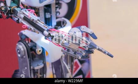 Nahaufnahme von Robot Hand mit Zeigefinger - Stockfoto