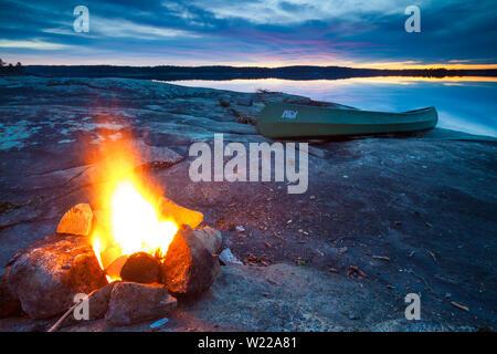 Frühlingsabend im See Vansjø in Østfold, Norwegen. Vansjø ist ein Teil des Wassers, das System namens Morsavassdraget. - Stockfoto