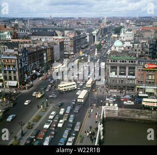 1960, historische, eine Ansicht von oben Blick nach Süden, mit Blick auf die O'Connell Street, Dublin, Irland, eine Hauptverkehrsstraße in der Hauptstadt. - Stockfoto