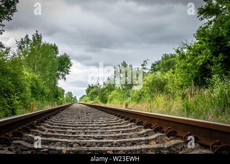Alte Gleise führen zu den Horizont - Stockfoto