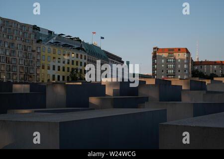 Betonplatten am Denkmal für die ermordeten Juden Europas von Peter Eisenman. Das Denkmal ist in der späten Nachmittagssonne fotografiert. - Stockfoto