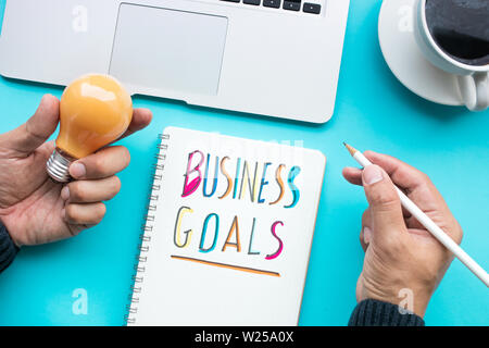 Das unternehmerische Ziel und Ideen Kreativität Konzepte mit männlichen Holding Glühbirne, Notepad, computer Laptop. Flach design - Stockfoto