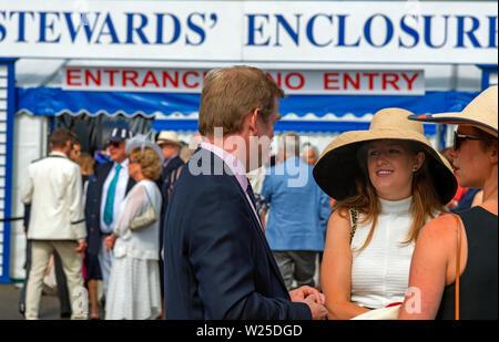 Leute plaudern außerhalb der Stewards Enclosure an der Henley Royal Regatta, Henley-on-Thames, Berkshire, England, Großbritannien - Stockfoto