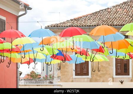 Novigrad, Istrien, Kroatien, Europa - bunte Sonnenschirme in den Straßen von Novigrad - Stockfoto