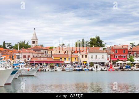 Novigrad, Istrien, Kroatien, Europa - 3. SEPTEMBER 2017 - Boote und Häuser rund um den Hafen von Novigrad - Stockfoto