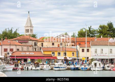 Novigrad, Istrien, Kroatien, Europa - 3. SEPTEMBER 2017 - Segler und Motorboote am Hafen von Novigrad - Stockfoto