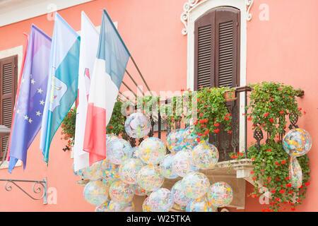 Novigrad, Istrien, Kroatien, Europa - Flaggen und beachballs bei einem malerischen Balkon - Stockfoto