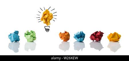 Zerknittertes Papier symbolisieren unterschiedliche Lösungen mit einem hervorgehoben als eine Glühbirne als das rechte isoliert auf weißem - Stockfoto