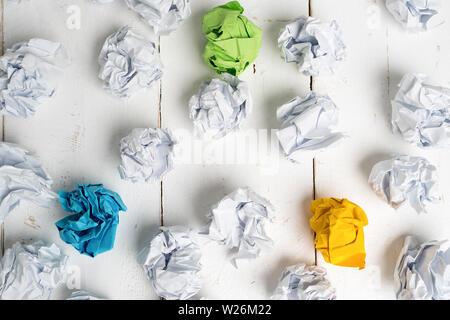 Papier symbolisieren unterschiedliche Lösungen mit einigen ständigen heraus mit einer anderen Farbe zerknittert - Stockfoto