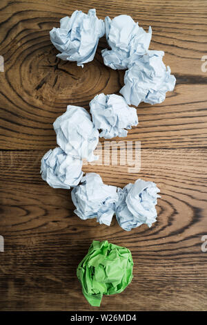 Papier symbolisieren unterschiedliche Lösungen bilden ein Fragezeichen zerknittert - Stockfoto