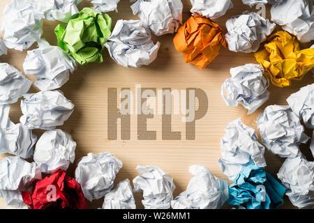 Zerknittertes Papier symbolisieren unterschiedliche Lösungen und das Wort Hilfe - Stockfoto