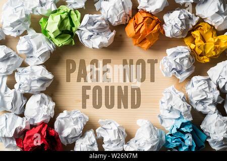 """Papier symbolisieren unterschiedliche Lösungen und die Formulierung """"Seite nicht gefunden"""" zerknittert - Stockfoto"""